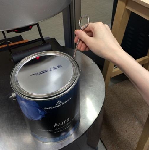 ②ベースの缶に顔料を入れていきます